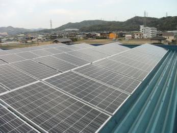 毎月の売電収入が期待できます!屋根一面太陽光パネル設置で、断熱効果も!