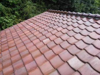 倉庫の屋根に大きな費用を掛けられず…既存瓦を再利用して修復していただけた事に感謝。