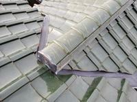 屋根点検をしたことによって気づけた谷樋板金の穴。雨漏り前で良かったです!